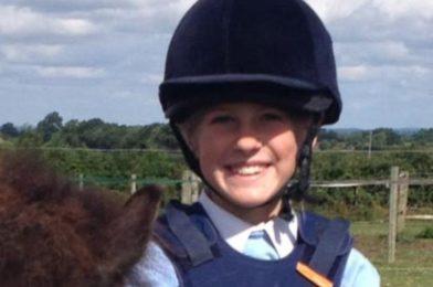 บอนนี่เอมมิเรท เหตุหน้าเศร้า เมื่อเด็กหญิง ตกม้าเสียชีวิต